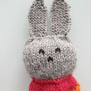 Produktbild: Överkroppen på en stickad liten kanin till barn.