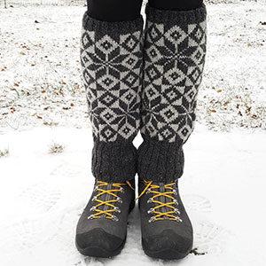 produktbild: Två ben som står ute i snön och har stickade benvärmare på sig