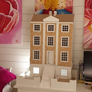Ett engelskt dockhus med tre våningar