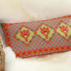 En avlång liten kudde broderade lotusblommor på
