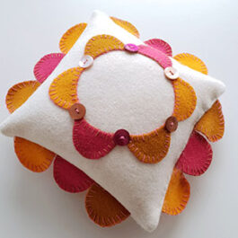 Produktbild: Handsydd nåldyna som ser ut som en liten kudde