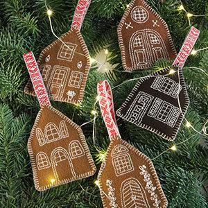 Produktbild: handsuýdda dekorativa pepparkakshus som hänger i en julgran. Sådär lagom till Jul.