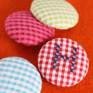 klädda knappar gjorda på knappstommar