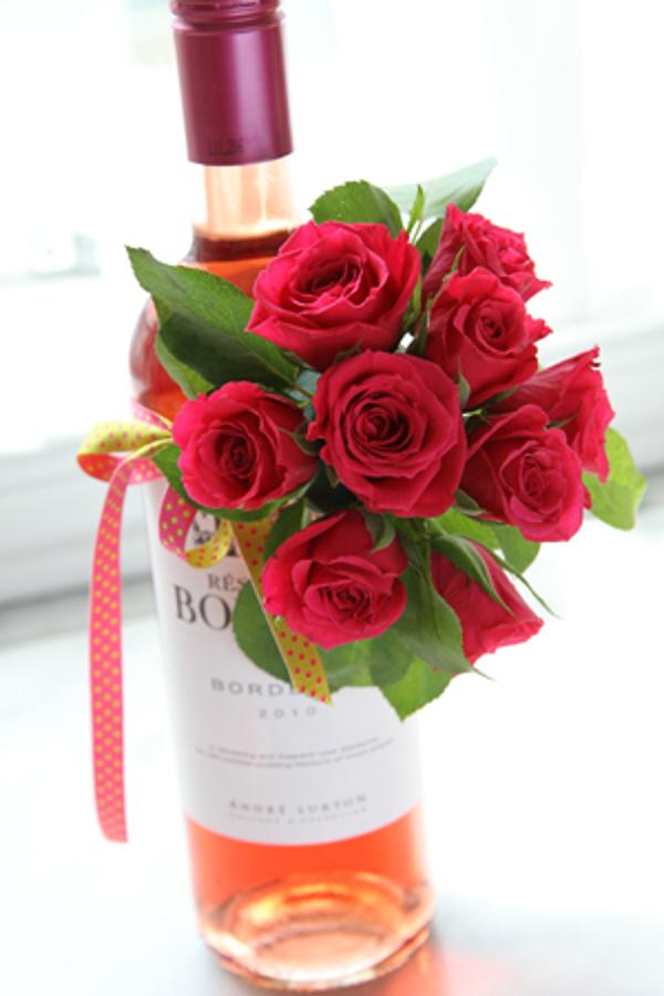 Dekorerad vinflaska med rosor