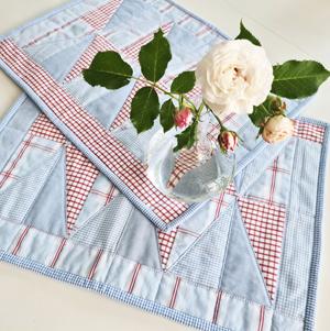 bordstabletter sydda av avlagda skjortor