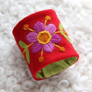Armband med blomma